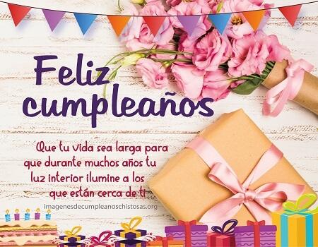felicidades cumpleaños con regalo y flores
